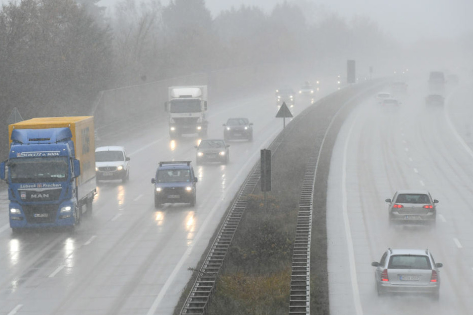 Die Autobahn musste zeitweise komplett gesperrt werden. (Symbolbild)