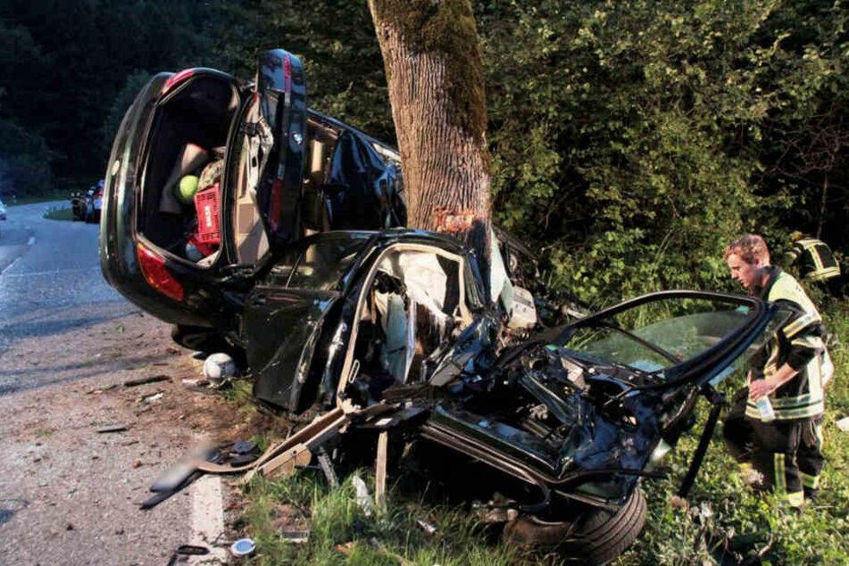 Ein zerstörtes Fahrzeugwrack steht an einer Unfallstelle. (Symbolbild)