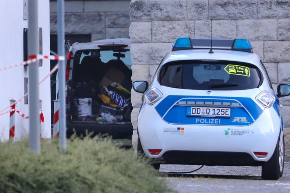 Im Hintergrund ist der weiße Transporter zu erkennen. In diesem sollten laut des Fahrers Sprengstoff und Gefahrenstoffe geladen sein. Es stellte sich jedoch heraus, dass dies nicht der Fall war.