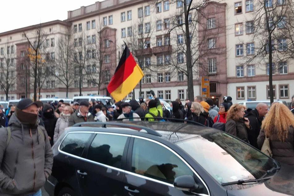 Teile der aufgelösten Demo haben sich unweit des Wilhelm-Leuschner-Platzes versammelt.