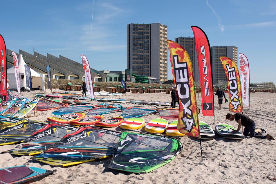Windsurfer präparieren am Strand der Ostsee am Rand des Surf-Festivals am Südstrand ihre Bretter.
