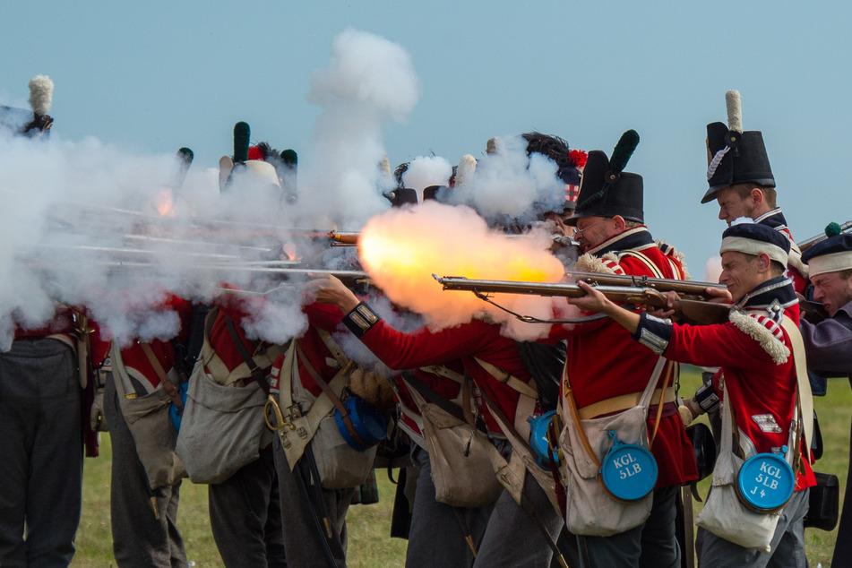Als Soldaten verkleidete Darsteller feuern bei Lüben ihre Waffen ab. Die Schlacht an der Göhrde gegen die Truppen Napoleons fand am 16. September 1813 statt.