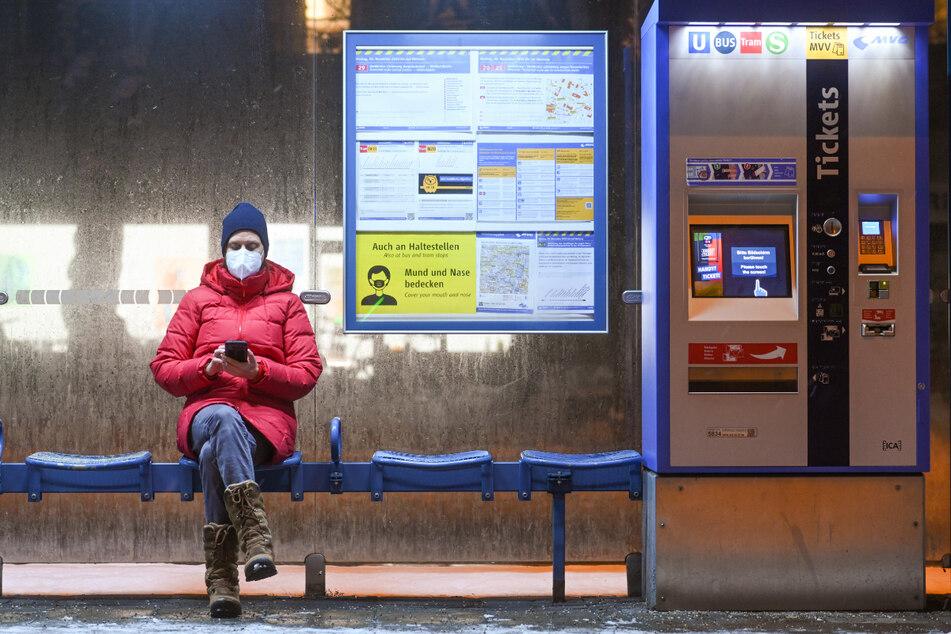Ab Montag drohen 250 Euro Bußgeld, wenn man ohne FFP2-Maske einkaufen geht oder den öffentlichen Nahverkehr nutzt. (Symbolbild)