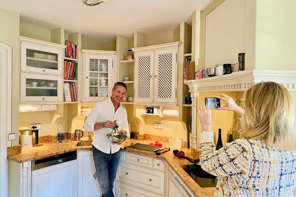 MDR-Koch Christian Henze (51) in der heimischen Küche. Seine Frau Pia (51) filmt ihn am Herd für die neusten Facebook-Kochvideos.