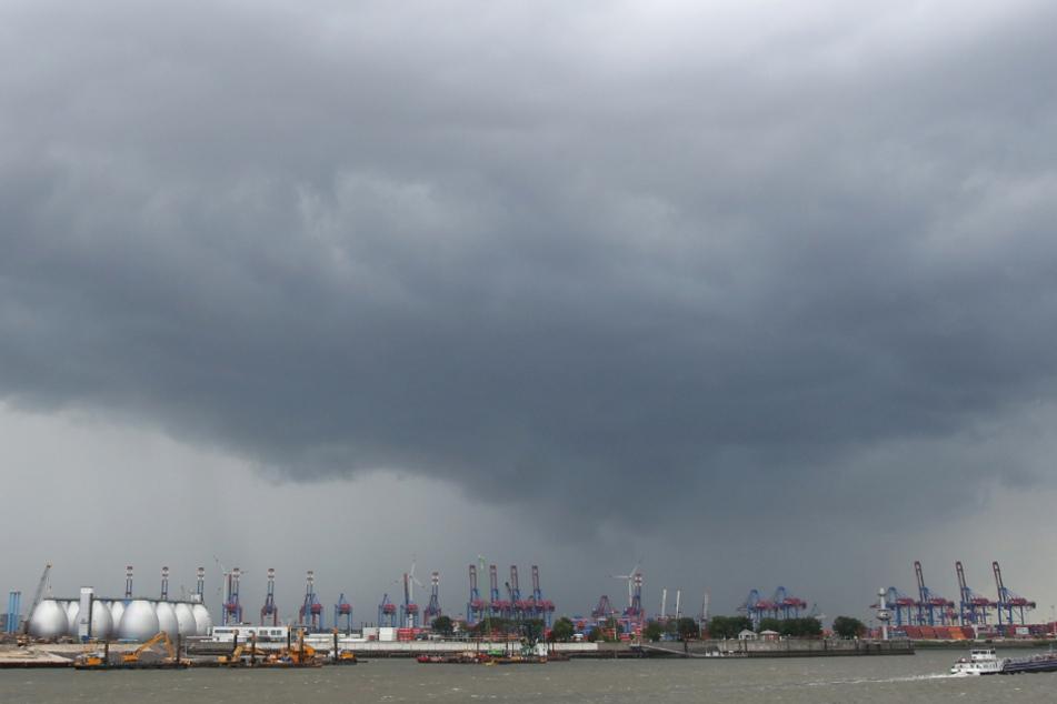 Dunkle Regenwolken ziehen über den Hamburger Hafen. (Archivbild)