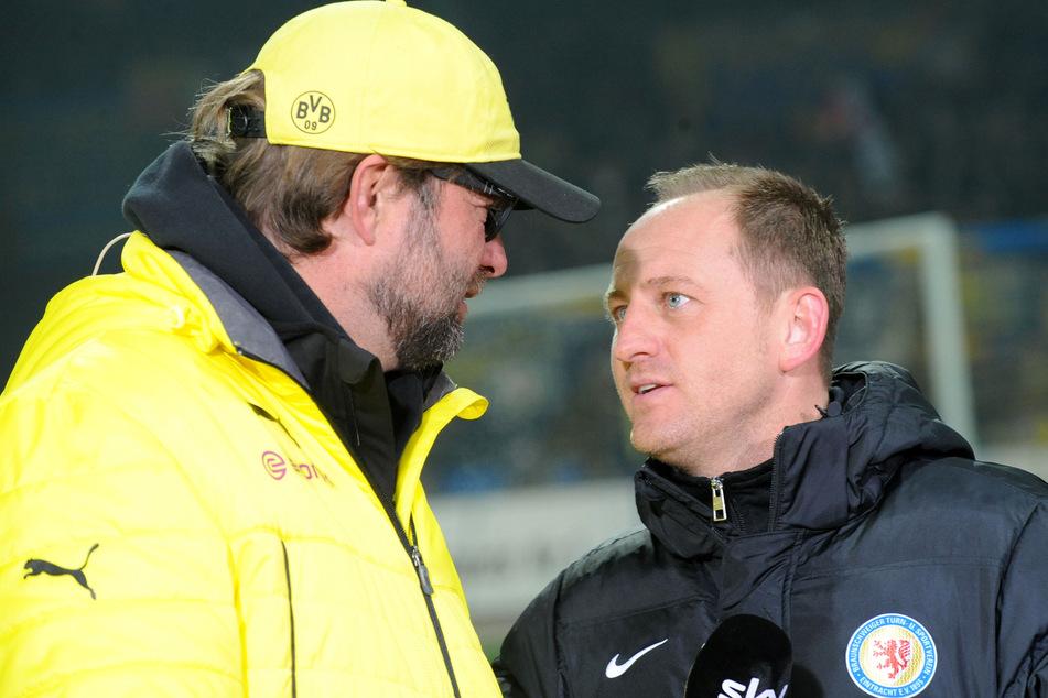 Jürgen Klopp (54, l.), damals noch als Trainer von Borussia Dortmund und der heutige SV Darmstadt 98-Coach Torsten Lieberknecht (47, damals Eintracht Braunschweig), kickten einst zusammen beim 1. FSV Mainz 05. (Archivfoto)