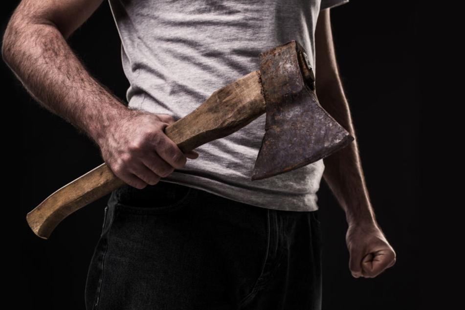 Ein 27-Jährige ist wegen Totschlags mit einem Beil angeklagt (Symbolbild).