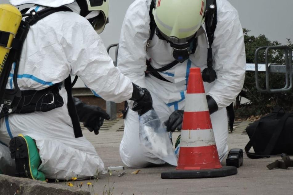 Einsatzkräfte in Schutzanzügen bei der Überprüfung des Briefes.