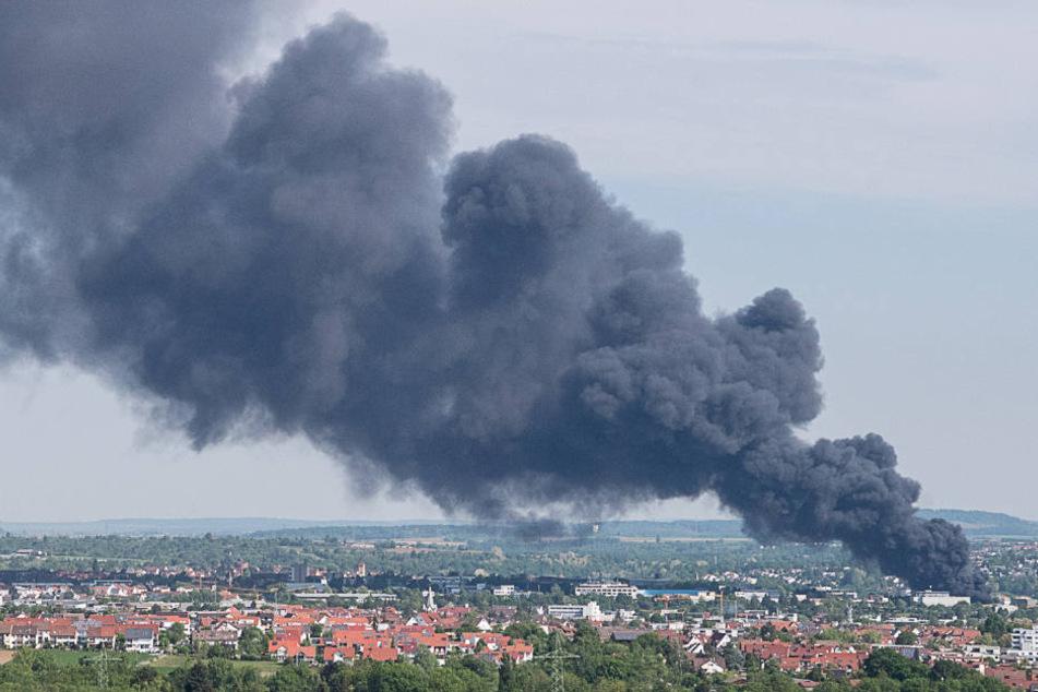 Noch aus mehreren Kilometern Entfernung gut zu sehen: die gigantische Rauchwolke.