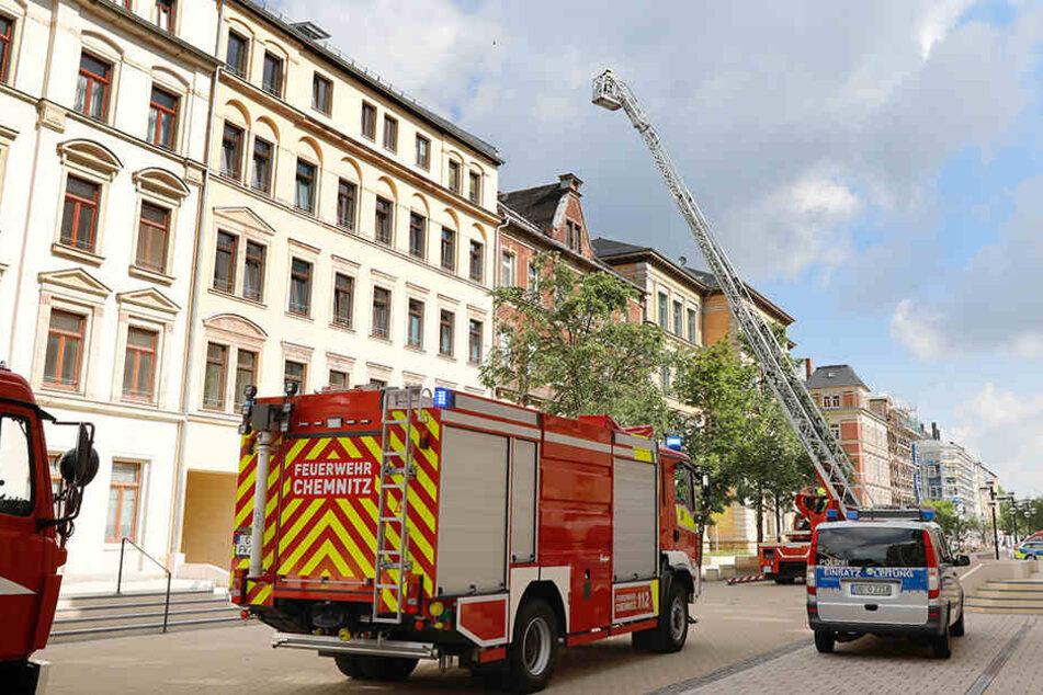 Die Feuerwehr rückte auch mit einer Drehleiter an, konnte das Feuer aber mit der Kübelspritze löschen.