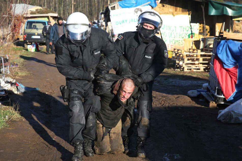 """Die Polizei musste immer wieder mit harten Mitteln gegen die """"Aktivisten"""" vorgehen. Die hatten ihren Protest in Zeltcamps trainiert."""