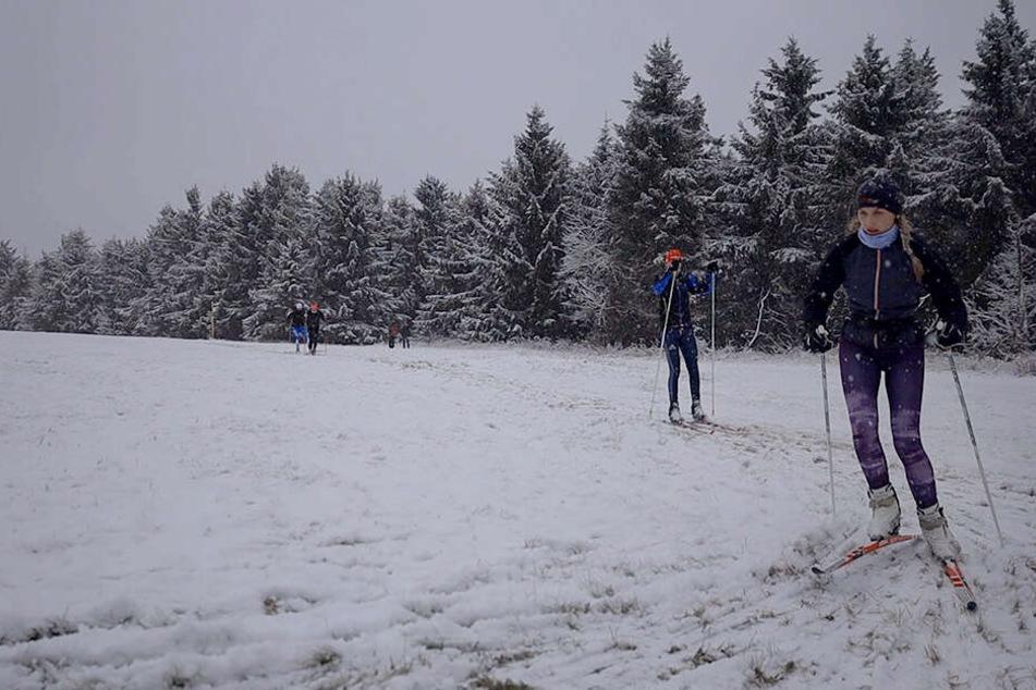 7 Zentimeter Neuschnee im Erzgebirge! Die ersten Skifahrer sind schon da