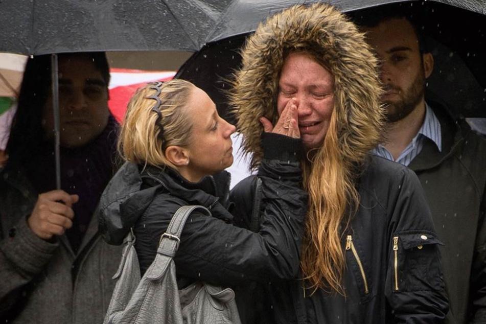 Zwei junge Frauen trauern nach dem Anschlag auf der London-Bridge – der IS will Unruhe und Angst in Europa verbreiten.