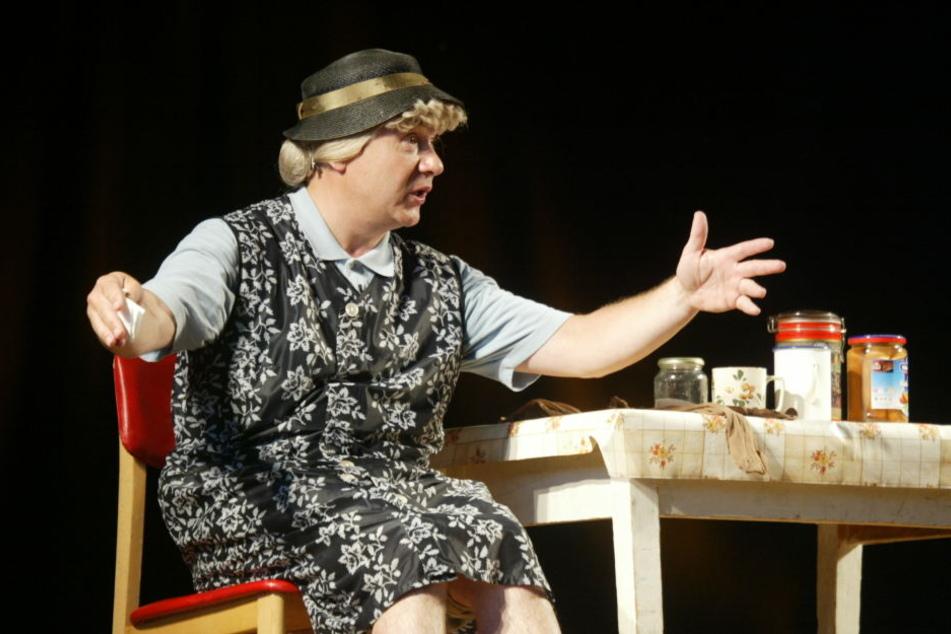 Tom Pauls als Ilse Bähnert. Seine Rolle ist inspiriert von Lene Voigts Frau Bähnert.