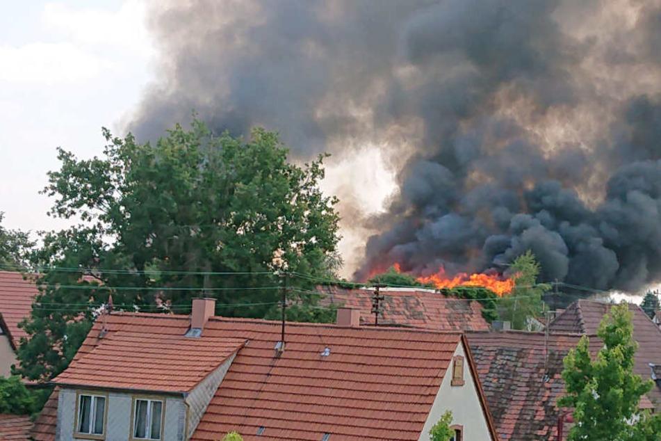 Millionen-Schaden bei Scheunenbrand: Feuerwehr löscht nach zwei Tagen immer noch!
