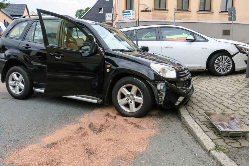 Ein Toyota und ein Opel krachten auf der Kreuzung zusammen.