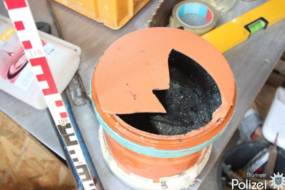 Im Labor wurden Behälter mit gefährlichen Substanzen gefunden.