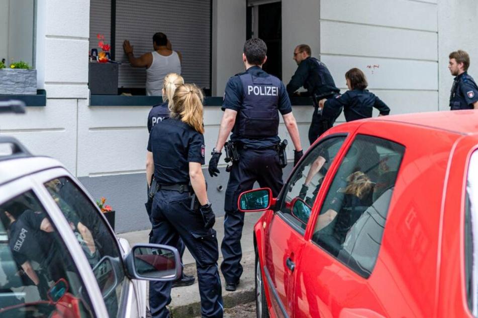 Auf seinem Balkon konnten die Polizisten den Randalierer überwältigen.