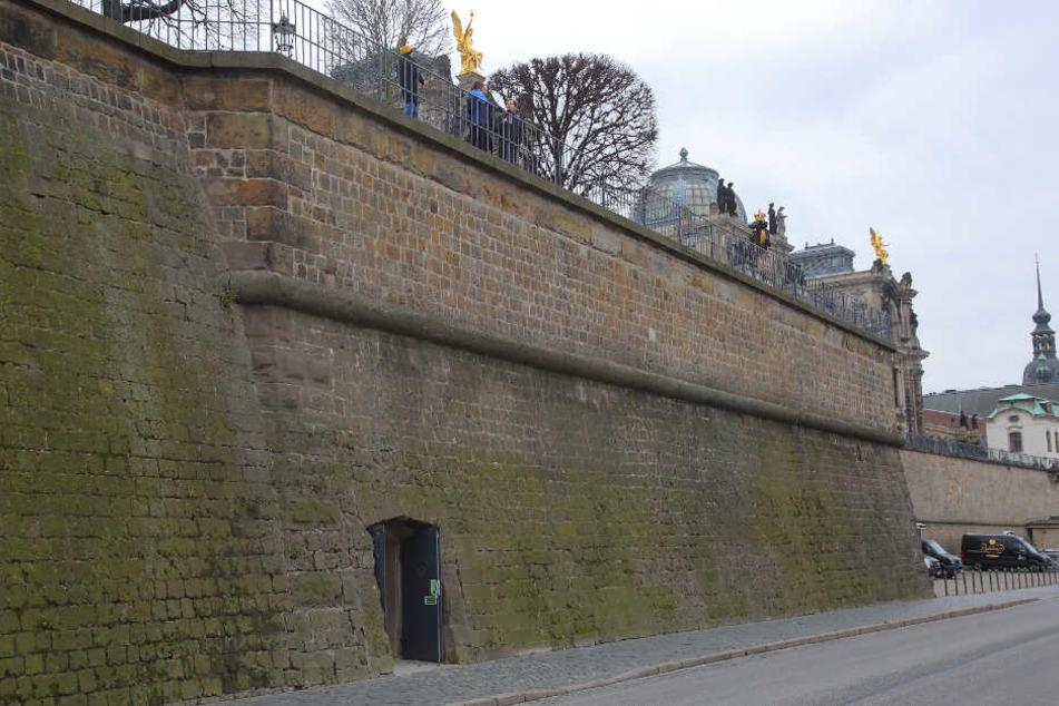 Wer sucht, wird eventuell finden - den Eingang zur Festung am Terrassenufer.