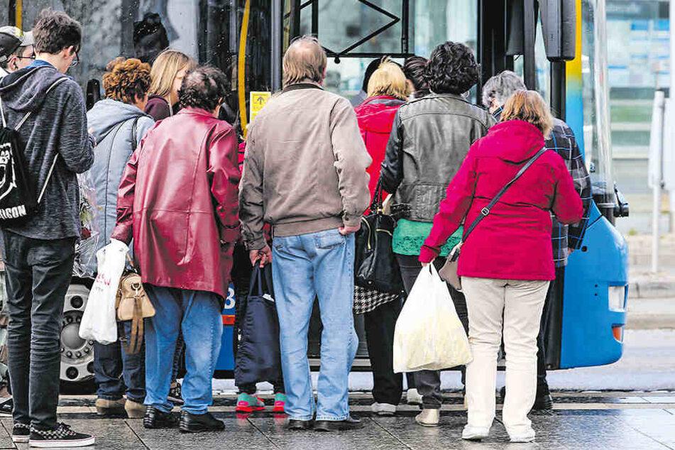 Immer mehr Menschen nutzten Bus und Bahn.