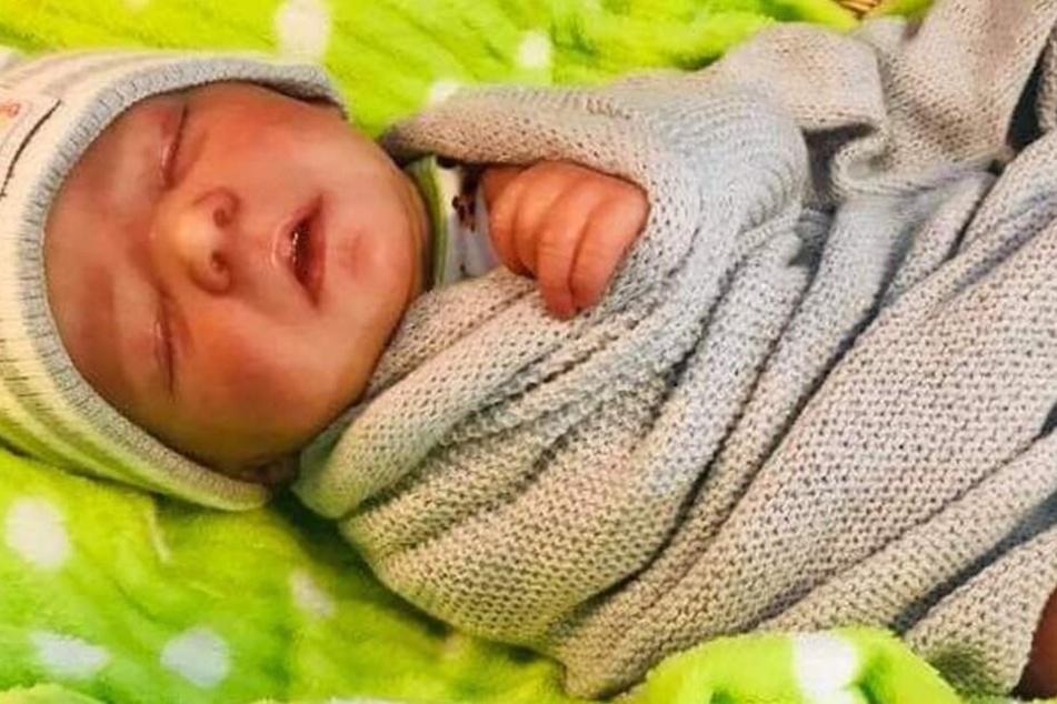 Der todkranke Easton? Falsch! Das ist die Baby-Puppe die im Haus des Paares gefunden wurde!