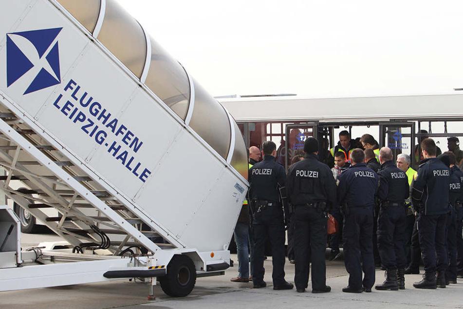 Abschiebung am Flughafen Leipzig/Halle: In Sachsen werden deutlich mehr  Menschen abgeschoben als vor ein paar Jahren.
