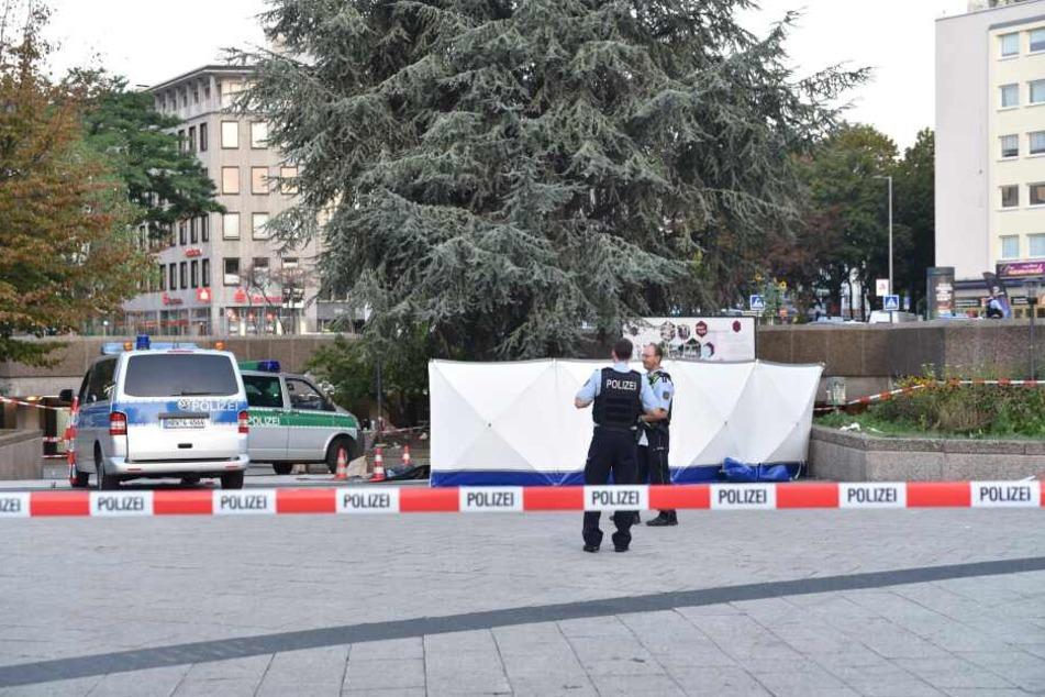 Polizisten stehen am Sonntagmorgen am Tatort auf dem Ebertplatz in Köln.
