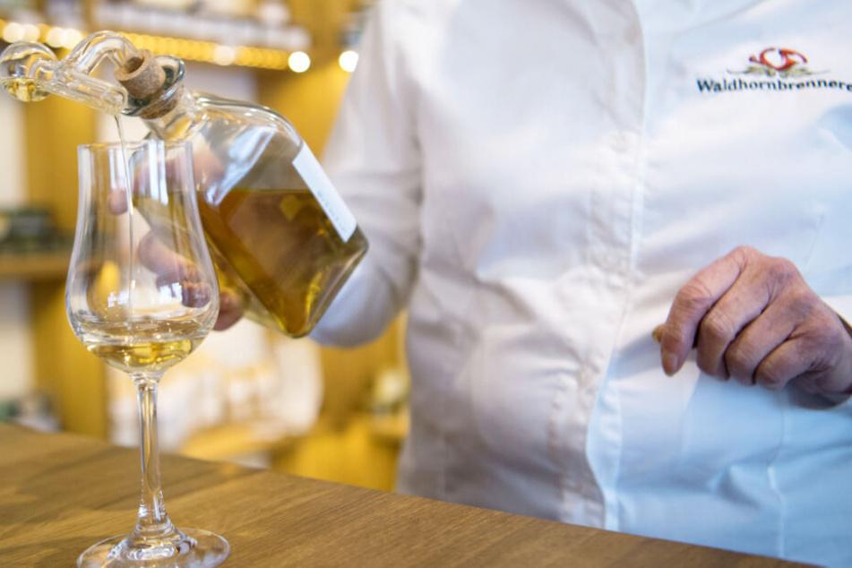 Eine Mitarbeiterin der Brennerei schenkt den wegen seines Namens umstrittenen Whisky in ein Glas.