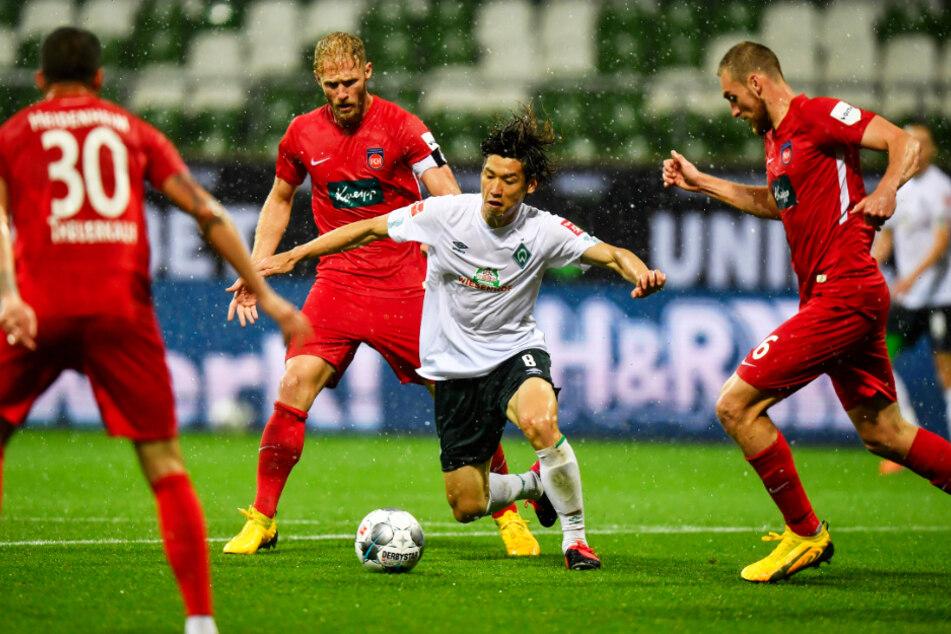 Ein typisches Bild aus dem Hinspiel: Bremens Angreifer Yuya Osako (2.v.r.) wurde von Heidenheimer Gegenspielern umringt.