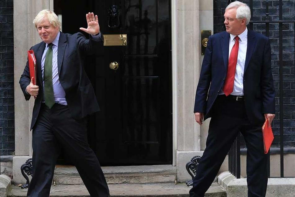 Boris Johnson (l), bisher Außenminister von Großbritannien, und David Davis, zurückgetretener Brexit-Minister, verlassen die Downing Street 10.