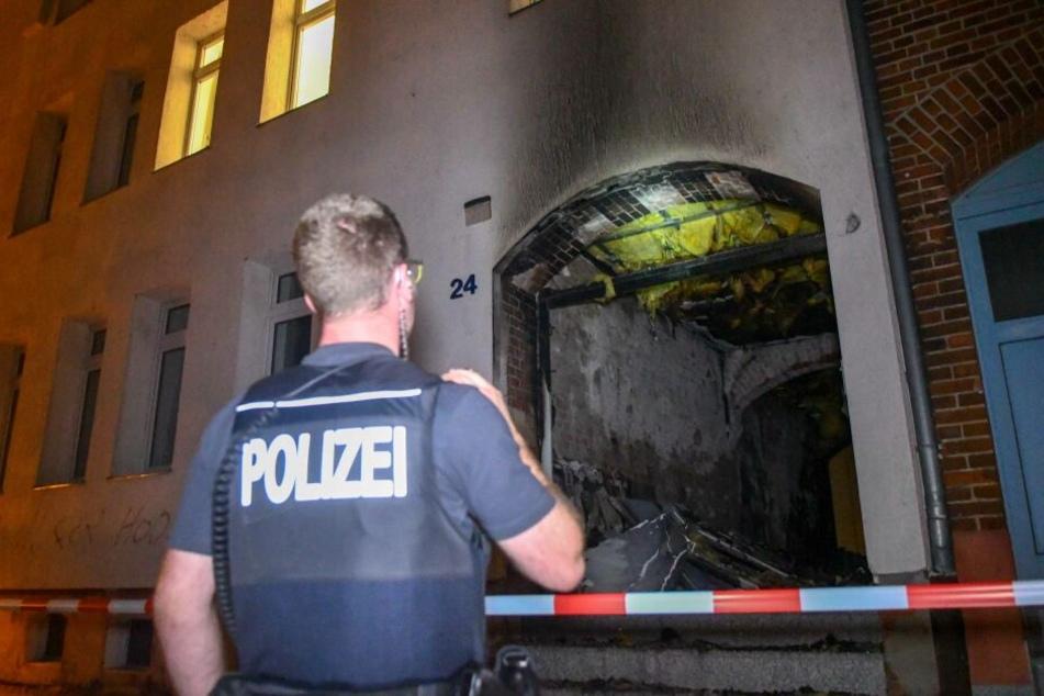 Rassistisches Motiv nicht ausgeschlossen: Hat ein Brandstifter diesen Hauseingang angezündet?