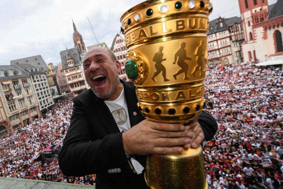 Eintracht-Präsident Peter Fischer bei der Feier des DFB Pokal-Sieges auf dem Frankfurter Römerberg.