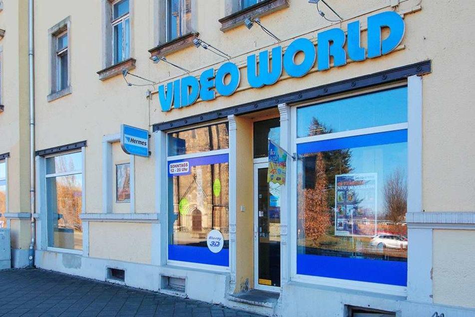 """Die """"Video World"""" in Löbtau buhlt mit guter Beratung, Naschwerk und Getränken für den Filmabend um Kundschaft."""