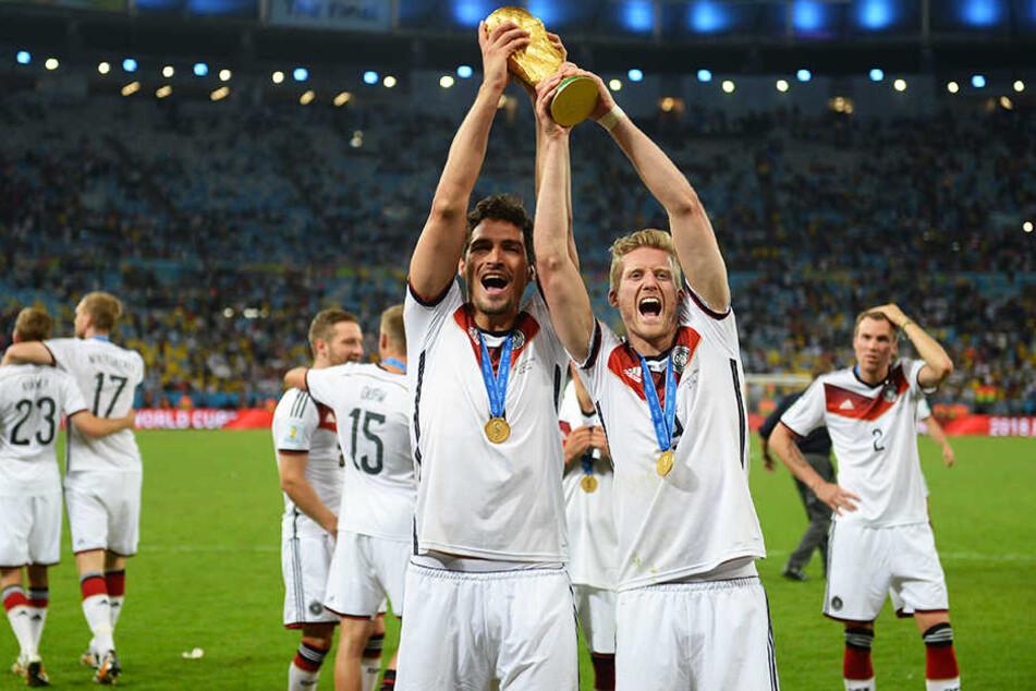Legendär: André Schürrle (vorne-rechts) bereitete bei der WM 2014 im Finale gegen Argentinien das Siegtor von Mario Götze vor. Hier hält er die begehrteste Fußballtrophäe der Welt gemeinsam mit Mats Hummels in die Höhe.