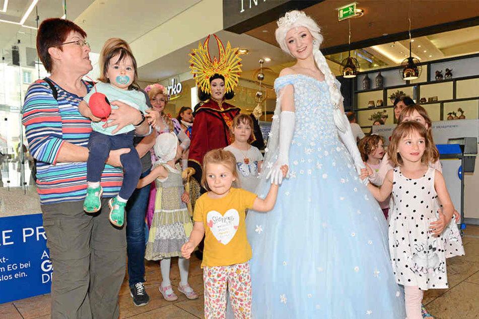 In der Altmarkt Galerie trafen sich Samstag Internationale Maskottchen.