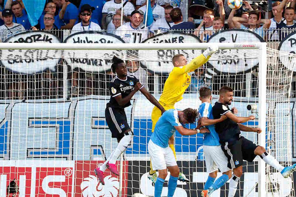 Fünf springen hoch. Den Ball erwischt der Chemnitzer Torhüter Jakub Jakubov mit den Fäusten.