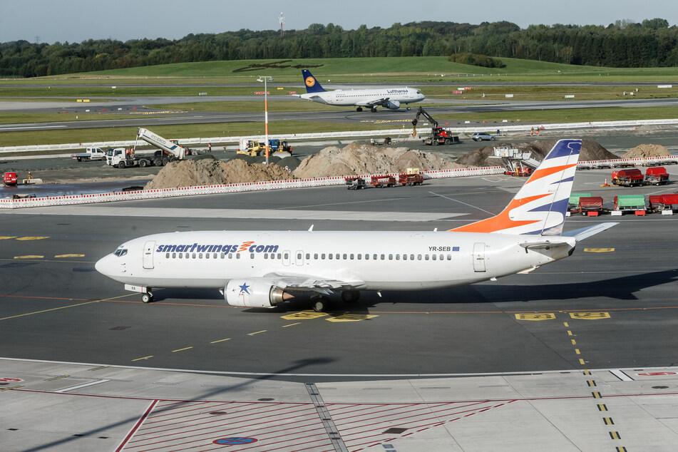 Ein Smartwings-Flugzeug steht auf dem Vorfeld des Flughafens Hamburg.