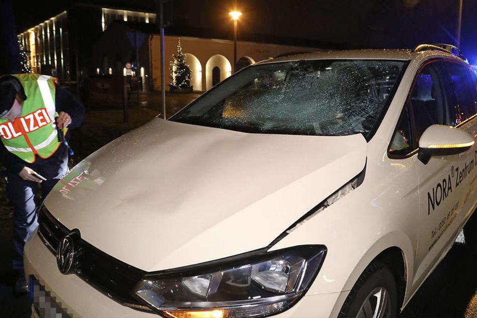 Taxi-Fahrer erfasst Fußgänger frontal: Krankenhaus!