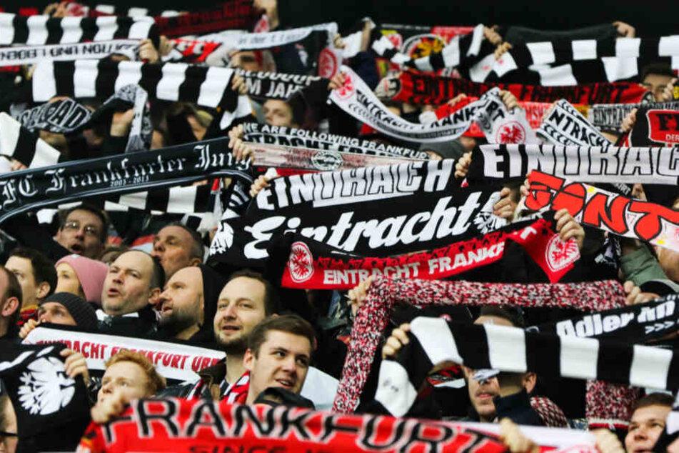 Die Fans von Eintracht Frankfurt (Archivbild) können sich freuen: Am 16. August beginnt die Bundesliga.