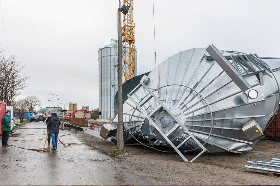 In Thüringen riss der Sturm ein Silo für Getreide um.