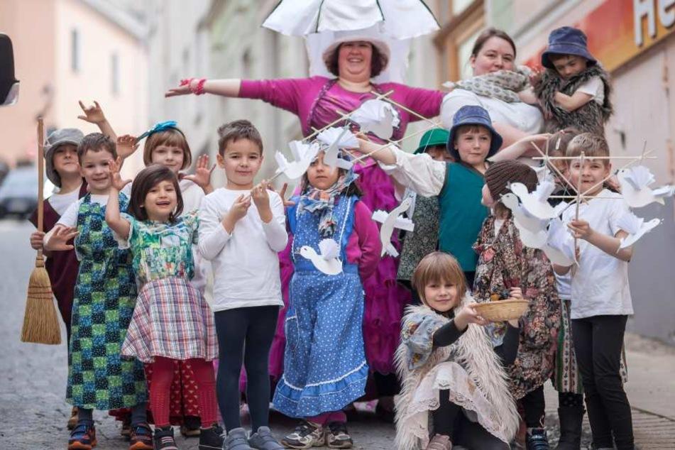 """Die Kinder der Igel-Gruppe der Kita """"Waldzwerge"""" geben eine märchenhafte  Vorstellung von """"Drei Haselnüsse für Aschenbrödel""""."""