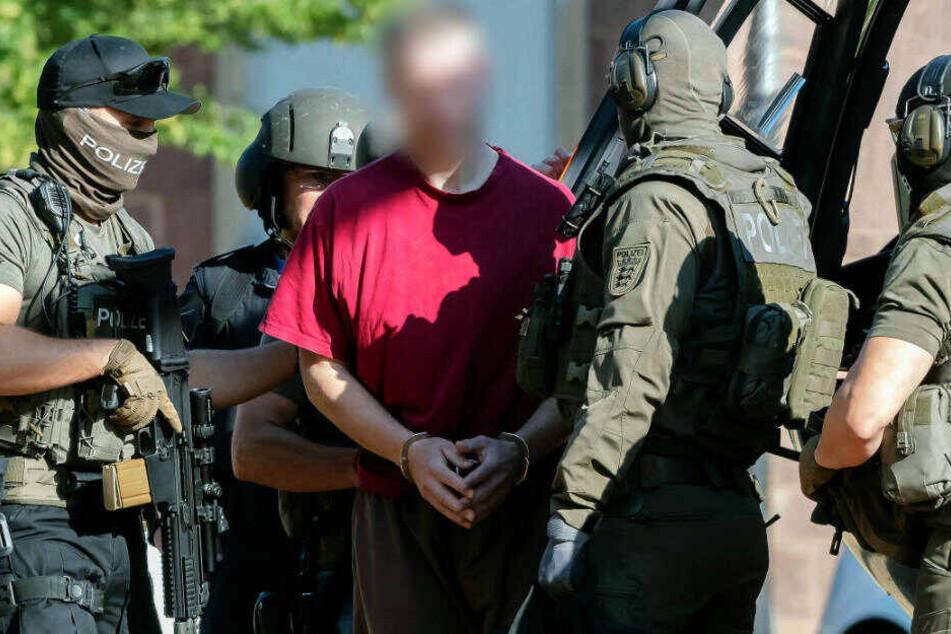 Stephan E., Tatverdächtiger im Fall des ermordeten Kasseler Regierungspräsidenten Walter Lübcke, wird von einem Hubschrauber zum Bundesgerichtshof gebracht.