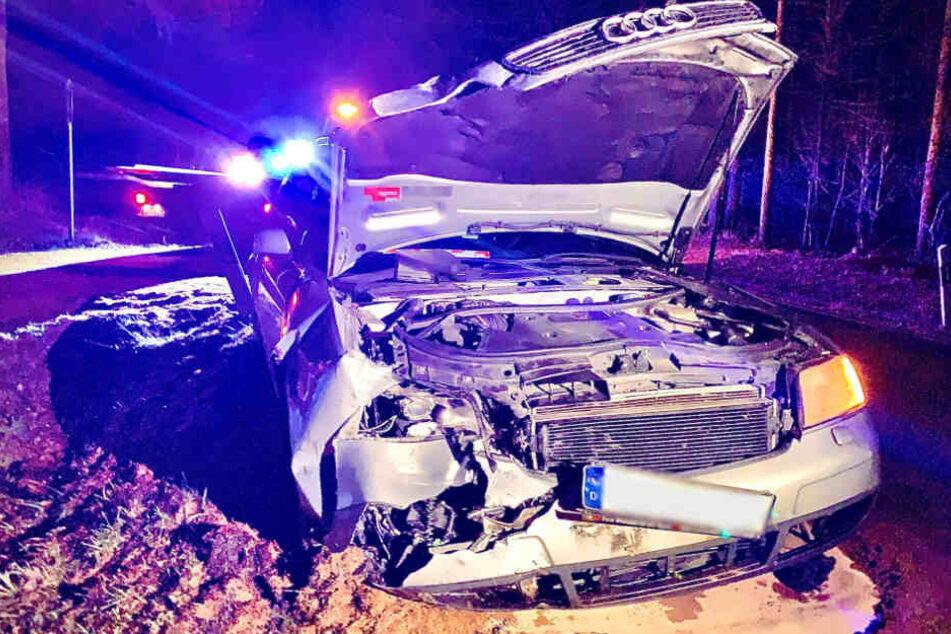 Das Bild des kaputten Audis lässt Schlimmeres erahnen. Doch laut der Polizei ging die Sache recht glimpflich aus.