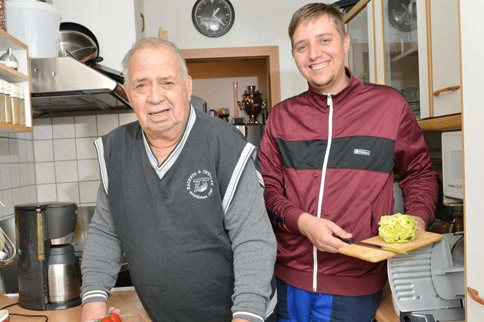 Nach dem Einkaufen hilft der Alltagshelfer seinem Kunden Horst Eichler (80)  in dessen Wohnung beim Kochen.