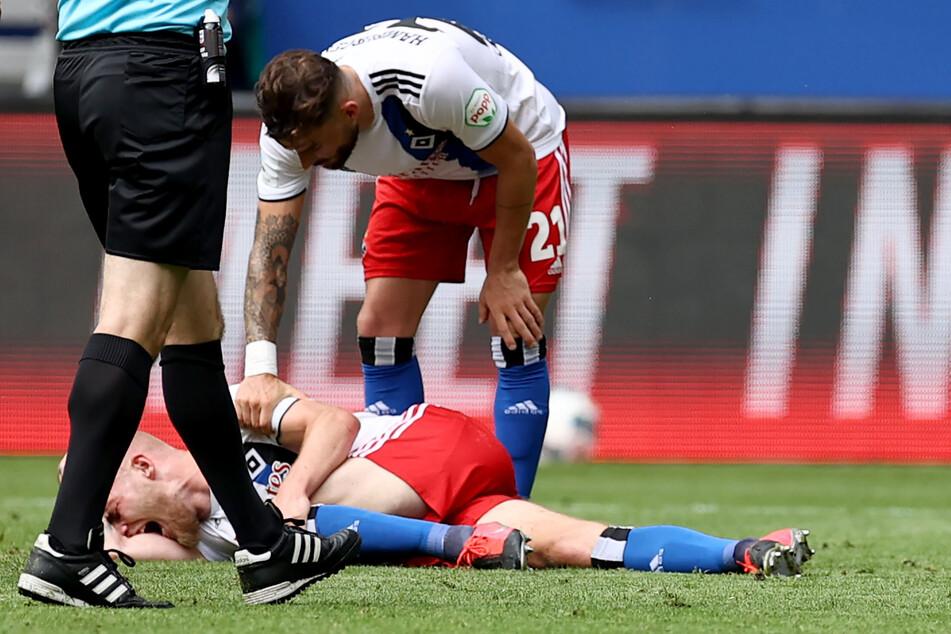 Am 28. Juni 2020 riss sich HSV-Abwehrkante Rick van Drongelen (am Boden) im Spiel gegen den SV Sandhausen das Kreuzband.