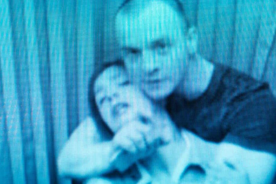 Gökce (Aylin Tezel) wird von Terrorist Daniel (r., Paul Wollin) als Geisel genommen.