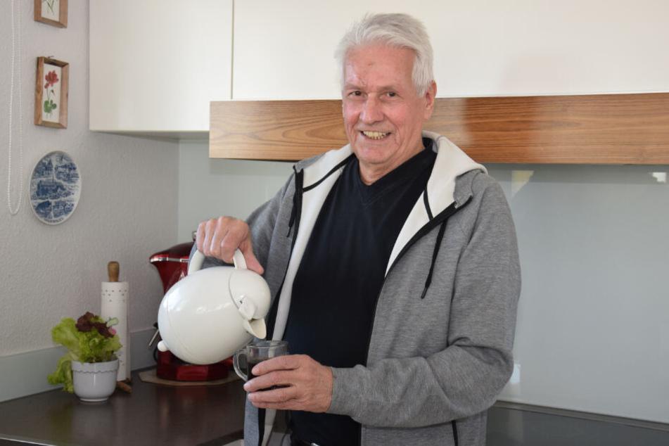 Der 74-Jährige schenkt sich in seiner Küche einen Tee ein.