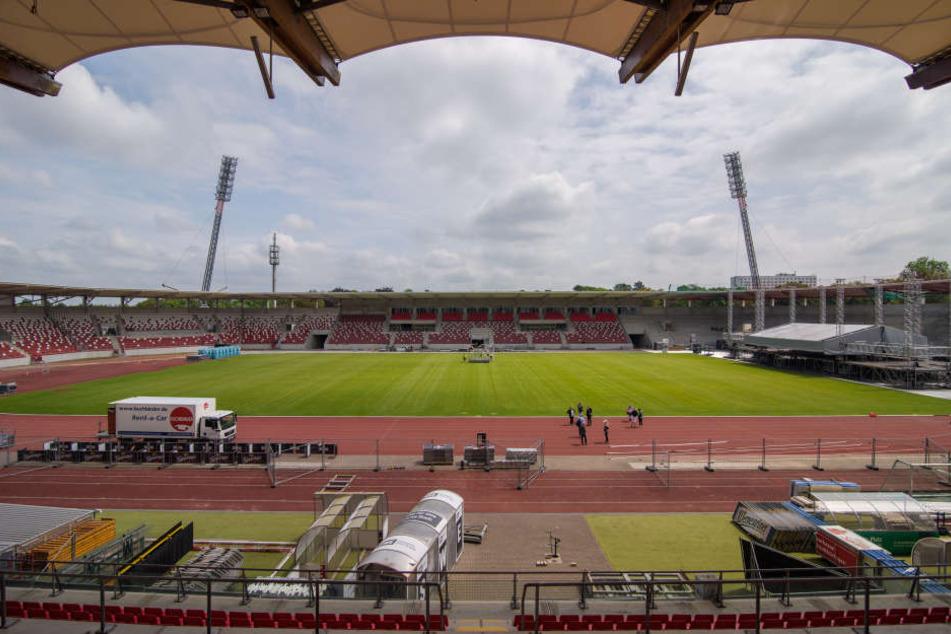 Das Steigerwaldstadion in Erfurt wird am Sonntag mit fast sechs Monaten Verspätung eröffnet.