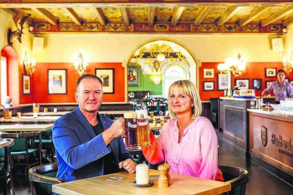 """Das Wirtspaar Janet (46) und Maik Kosiol (52) stoßen auf die Eröffnung des """"Stadtwaldschlösschens"""" im """"Italienischen Dörfchen"""" an."""