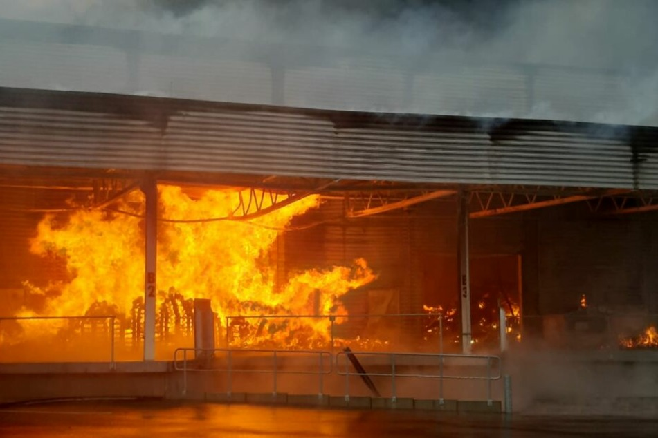 Die Halle brannte in voller Ausdehnung.